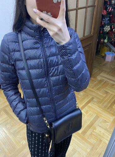 Продаю курточку Uniqlo темно-синего цвета с горошком.Продаю по причине