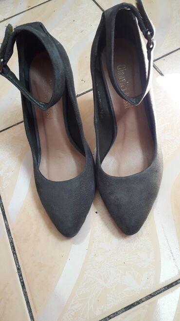 Туфли практически новые одевали пару раз. каблук очень удобный