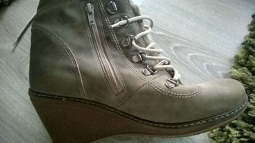 Duboke cipele br.40 u potpunosti su ocuvane, jedina mana je sto su se - Lajkovac