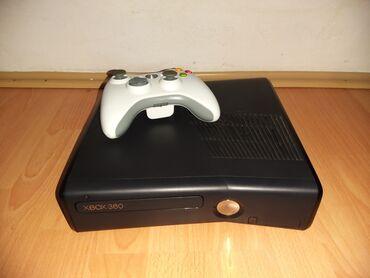 Xbox 360 & Xbox - Pancevo: Xbox 360 sa belim dzojstikom i svim potrebnim kablovima, ima 33 igrice