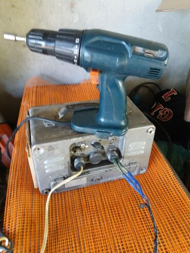 Выпрямитель аккумуляторный с шруповёртам работает на 12вольт обе