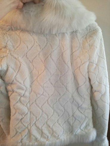 Krzneni kaputi - Nis: Nova sa etiketom bundica, meka i udobna, sa srebrnom kopcom u velicini