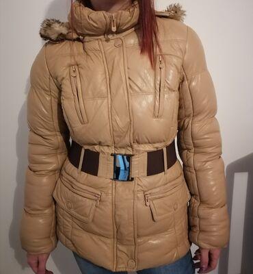 Zimska, bas topla jakna. Velicina S. Odgovara i M velicini, ja nosim