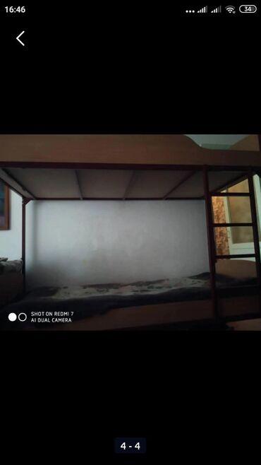 Кровати в Ак-Джол: Металлическая двух ярусная кровать с матрасом прошу 10.000 торг