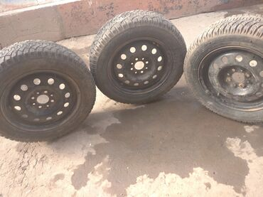 Автозапчасти и аксессуары в Ак-Джол: Балон 14 175 65 зима 3 штук дискасы менен 4500 сом срочна