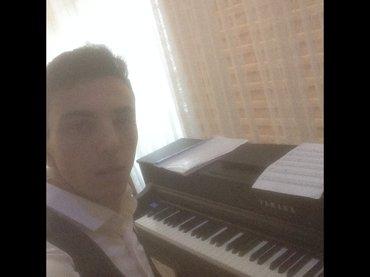 Bakı şəhərində Pianist