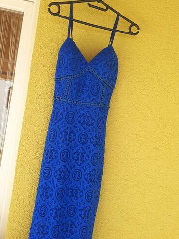 Divna plava haljina sa cipkom na V izrez,jako lepo strukirana i