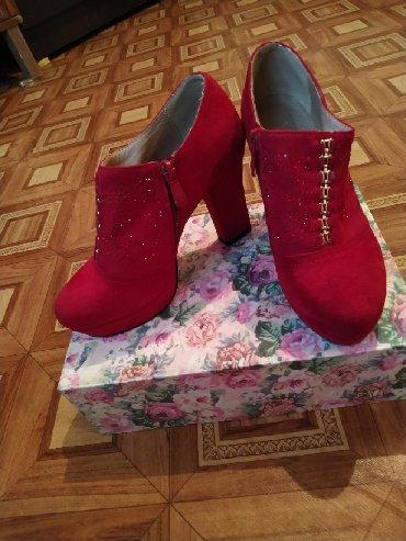 biryuzovye tufli в Кыргызстан: Продаю все в отличном качестве!!! Красный 36р.500с,черный туфли 35р