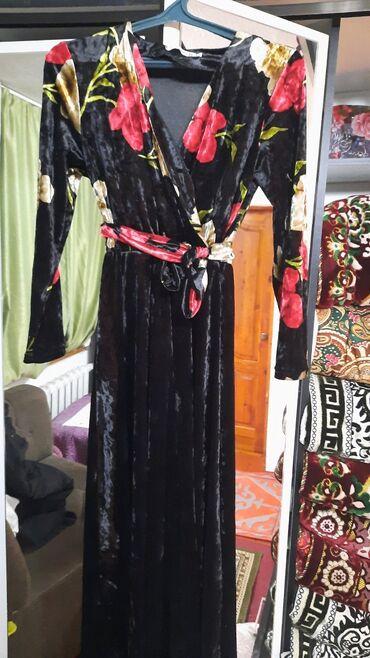 Продаю платьеодевала один раз размер 44-46 . Производство