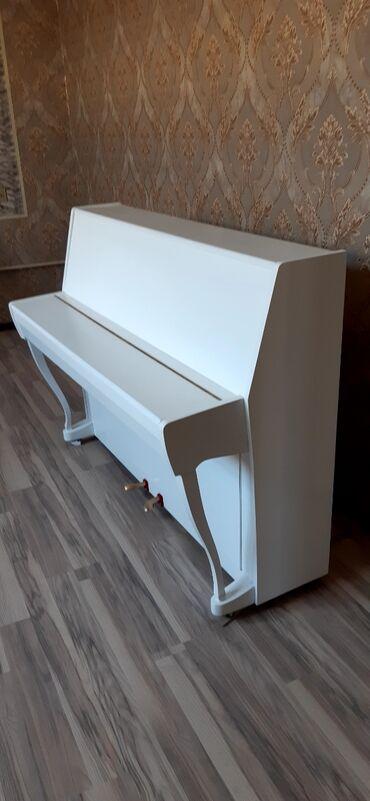 Ağ parlaq fiqurnu ayaqlı kiçik ölçülü pianino
