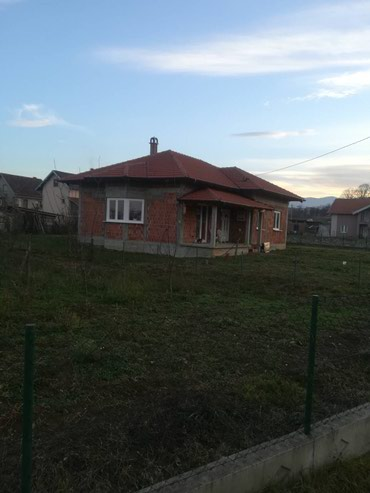 Prodajem kucu u Novom selu ima 10ari placa,kuca unutra sve zavrsena. - Vrnjacka Banja