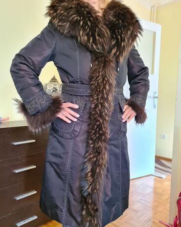 Nova, vrlo kvalitetna jakna sa pravim krznom rakuna. Na ledjima celom