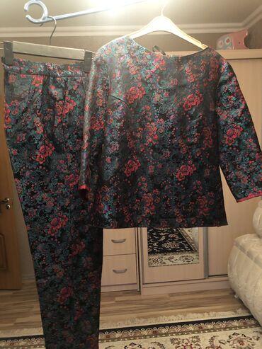 Костюм блузка + брюки из красивейшего жаккарда изумрудного цвета. Шила
