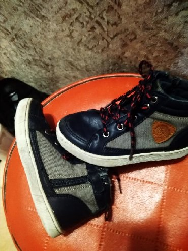 фирменная обувь в Кыргызстан: Ботиночки для мальчиков разм 26 в отличном состоянии фирменные