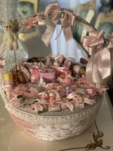 Shokolad xonchasi ichinde 50den chox bezekli konfetler var