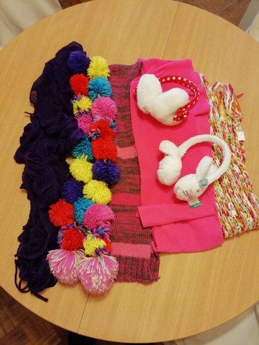 Komplet šalova za devojčice sadrži:  - 5 šalova,  - 1 kapa i  - 2 - Beograd