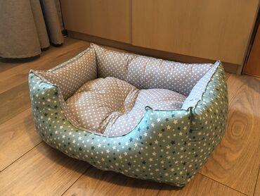 Kreveti za pse u dimenzijama:50x35 i 60x40.Krevet se pere u masini na