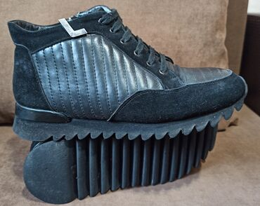 Продаю зимние мужские ботинки Valentino 39 размер. Теплая подешева, не