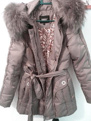 Женские куртки в Кыргызстан: Отдам куртку пуховик Очень Дёшево теплая, цвет металлик, размер