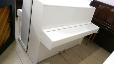 Bakı şəhərində Çexiya istehsalı akustik piano.