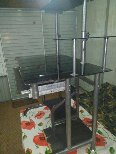Продаю стеклянный компьютерный стол б/у, деревянные части потерты