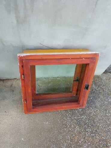 Kuća i bašta - Kragujevac: Prozor za kupatilo Očuvan prozor za kupatilo, sa štokom . Dimenzije
