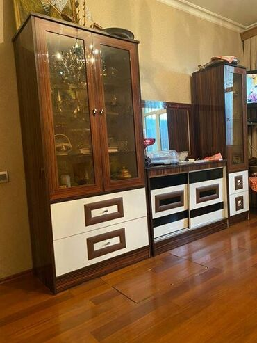 - Azərbaycan: Ikiqapili qorka .bar ve kamod cox gozel veziyyetde qiymet 300 manat