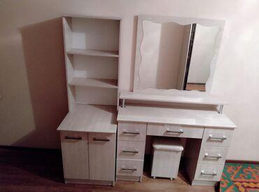 полки для одежды в Кыргызстан: Продается туалетный столик и полки со шкафчиком + пуфик.Состояние