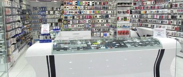 Bakı şəhərində Telefon magazasina xos gorunuslu baximli seliqeli. Musterilerle xos