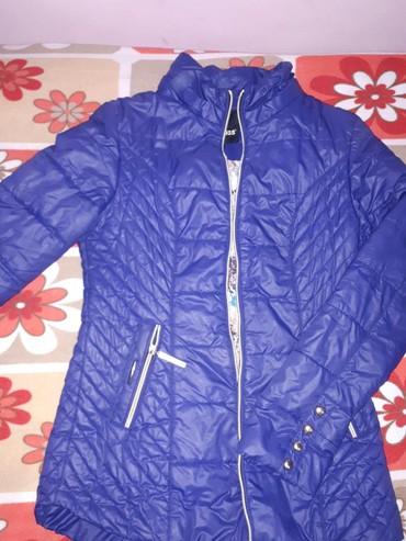 Женские куртки в Кыргызстан: Продаю демисезонную куртку, шикарного фиолетового цвета, р 44, бу, в