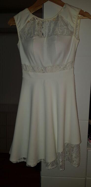Prelepa bela asimetricna haljina. Modernog kroja. Nosena jednom. Sa