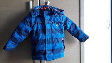 Dečije jakne i kaputi | Zajecar: Jako topla jaknica. Kapuljaca se skida. Ostecenja na rubu rukava su