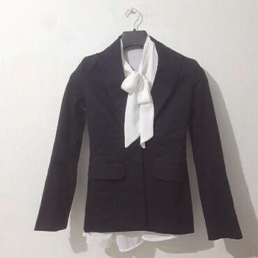 Офисный отличный костюм и шикарная блузкапочти новое производство