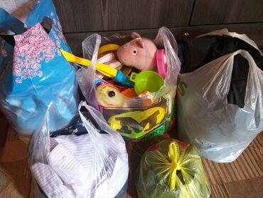 Находки, отдам даром - Кыргызстан: Женскиемужскиедетские вещи, игрушки. Отдам за пачку памперс