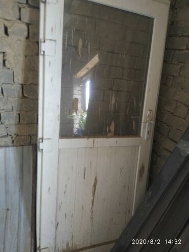 Ремонт и строительство - Кызыл-Кия: Продается окна и дверь в отличном состояние. В размере окна:145/165. 2