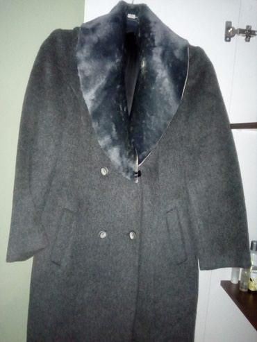 Veoma lep i topao kaput prelepe sive boje sa krznom koje može da se - Valjevo