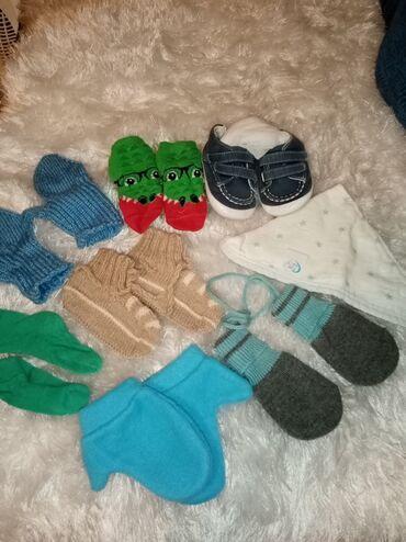 Nehodajuce patike, rukavice, portikla, carapice za bebe. Sve zajedno