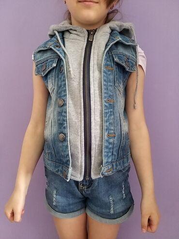 Продаю джинсовую жилетку на девочку 5-7 лет (меховая в подарок) 650