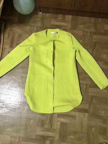 Женское пальто демисезонное. Размер 42- S в комплекте шарфик