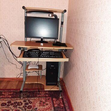 Компьютерный столик ширина метр,высота регулируется до 140. Занимает м
