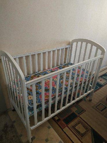 Детская кроватка, состояние отличное, 2 положения одной стенки. Пол