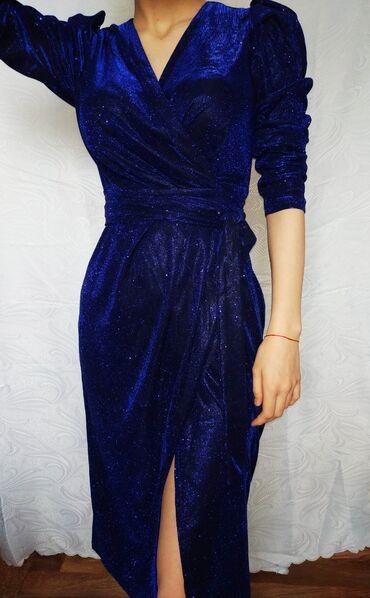 Вечернее платьеНа запахеРазмер подойдет на 42-44-46Есть небольшой