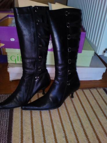 Crne cizme, niska stikla, koza, cena 500 dinara