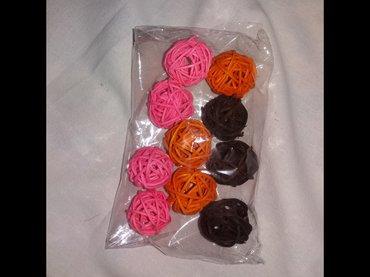 Kućni dekor - Novi Sad: Prodajem nove kuglice od ratana za dekoraciju promera 3 cm. Boja i