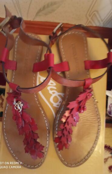 Личные вещи - Кара-Суу: Продаю красная Итальяская кожанная босоножка. Вживую очень красивая