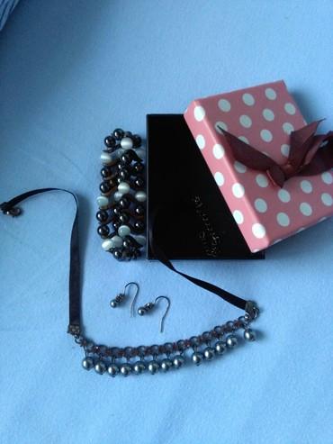 Nakit kupljen u Avonu,narukvica nije ali ona ima magnete,ogrlica I