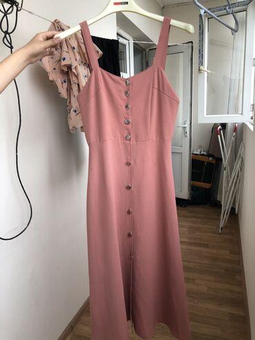 Платье красивое, подчёркивает фигуру размер М