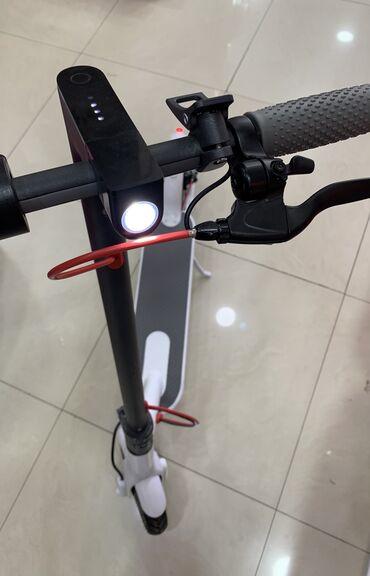 Electric scooter-Yeni.Ağ və qara rəngArxa ve qabağ işıqları