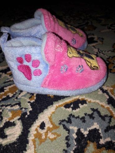 Отдам даром теплые тапочки 6-12мес, ботинки и туфельки 1-2года в Бишкек