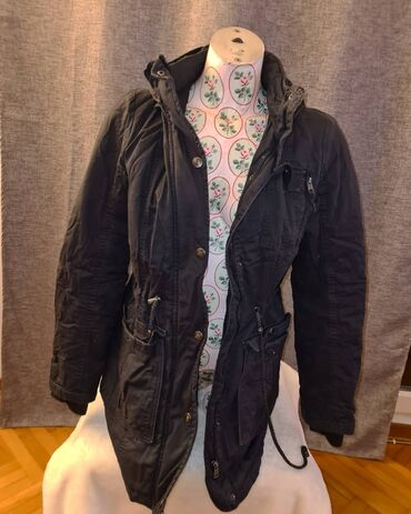 Sako crne boje - Srbija: Zimska jakna crne boje sa kapuljačom, velicina S - M. Strukirana jakna